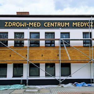 Litery ze styroduru na budynku - napis w sklepie. Producent oznakowania LED - MKDesign.pl. Reklama i marketing
