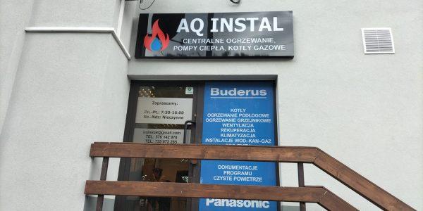 Oznakowanie lokalu, kaseton reklamowy LED wraz z montażem folii OWV oraz folii mrożonej. Producent oznakowania firm MKDesign.pl - reklama i marketing