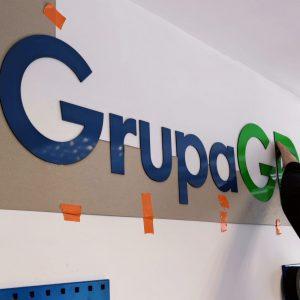 Litery płaskie w biurze, logo na ścianie, producent oznakowania firm mkdesign.pl - reklama