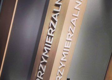 Litery płaskie z dibondu - napis w sklepie. Producent oznakowania LED - MKDesign.pl. Reklama i marketing